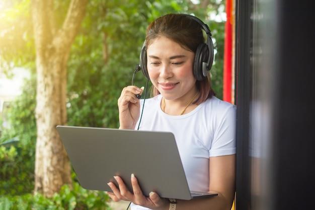 Il computer online di videochiamata per donne lavora a casa