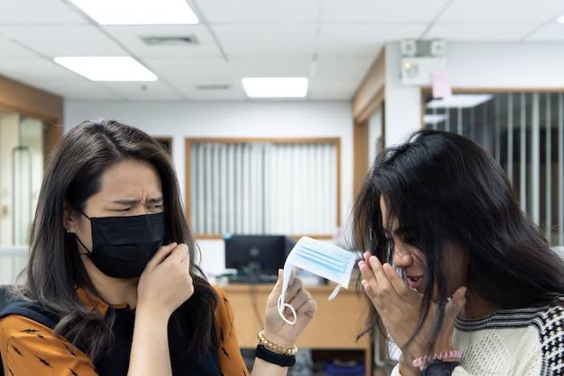Donne che indossano la maschera protettiva contro l'epidemia di covid