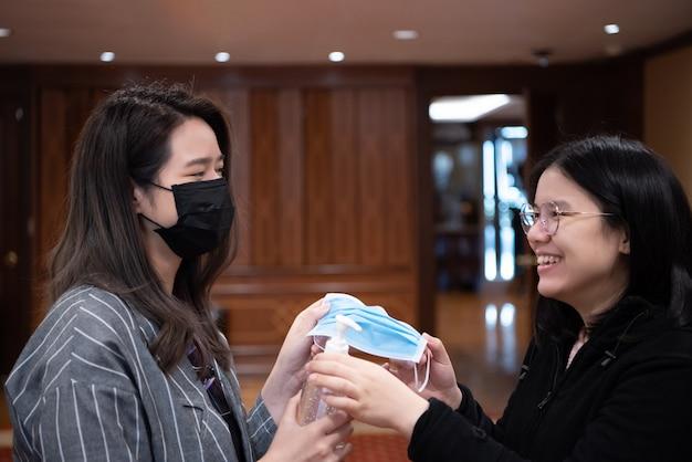 Donne che indossano una maschera protettiva contro l'influenza epidemica covid19