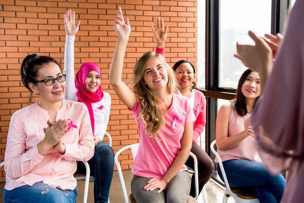 Donne che indossano abiti color rosa per la campagna di sensibilizzazione sul cancro al seno