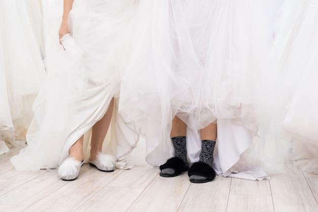 Donne che indossano abiti da sposa e pantofole