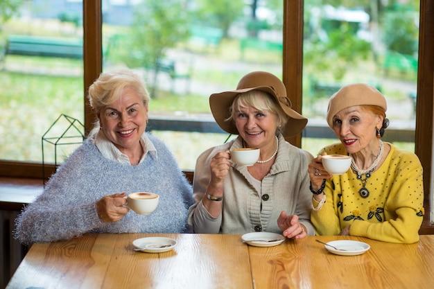 Donne con il caffè che sorridono