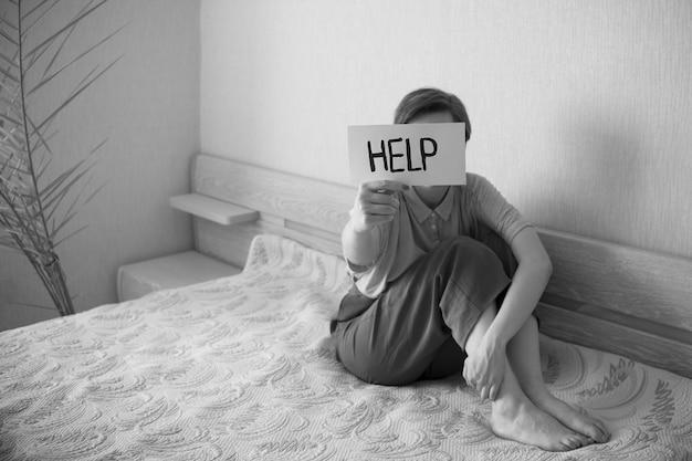 Le donne con il testo aiutano a stressare i concetti di documentazione sociale di salute psicologica in bianco e nero