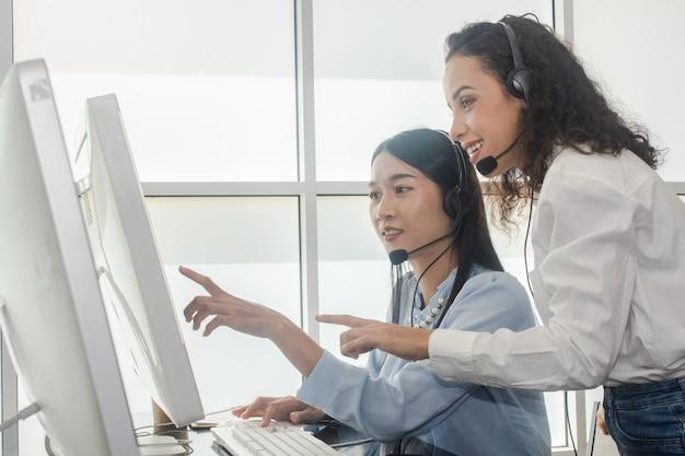 Le donne che lavorano al call center supportano il servizio clienti, il team collabora