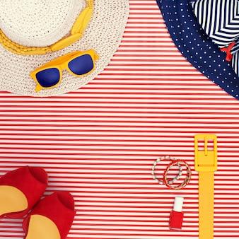 Abbigliamento a tema da spiaggia donna su sfondo a righe