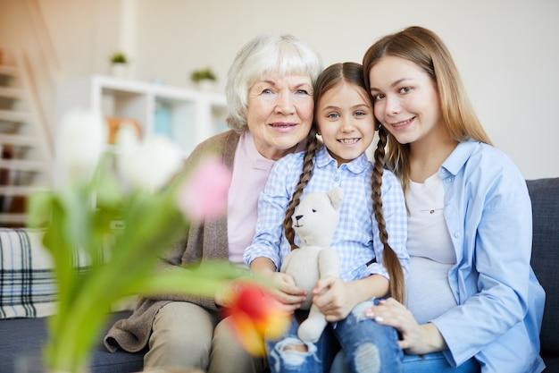 Ritratto di famiglia femminile a casa