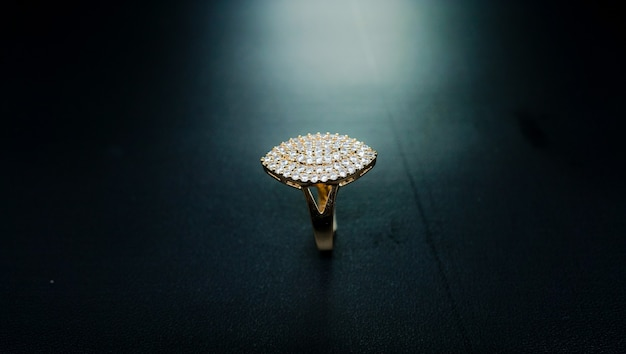 Anello da donna in oro con motivi quadrati e impreziosito da piccoli brillanti brillanti