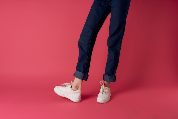 Womens gambe jeans sneakers bianche street fashion studio rosa