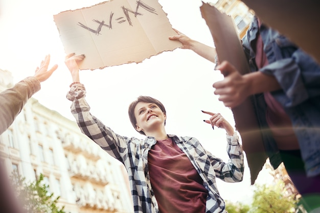 Marcia delle donne gruppo di attiviste felici e giovani donne che protestano per l'uguaglianza sulla strada