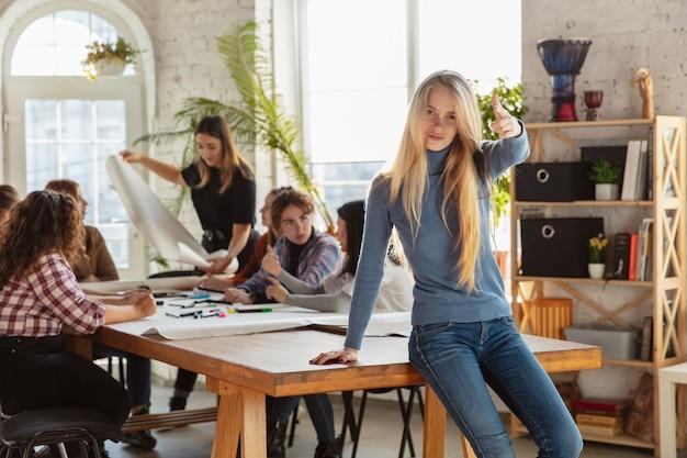 Diritti e uguaglianza delle donne in ufficio donne d'affari caucasiche o giovani sicure di sé