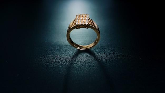 Anello da donna con percalle e piccoli diamanti che sembrano bellissimi