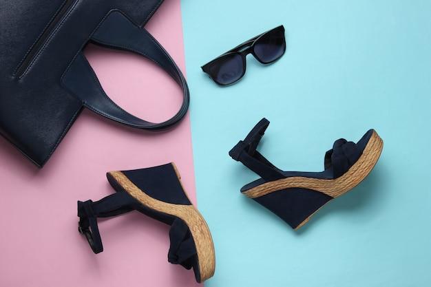 Sandali da donna con occhiali da sole piattaforma su sfondo pastello scarpe e accessori estivi da donna