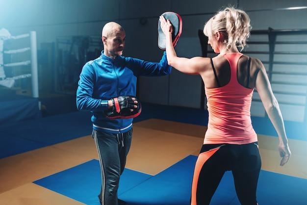 Allenamento di autodifesa femminile con personal trainer
