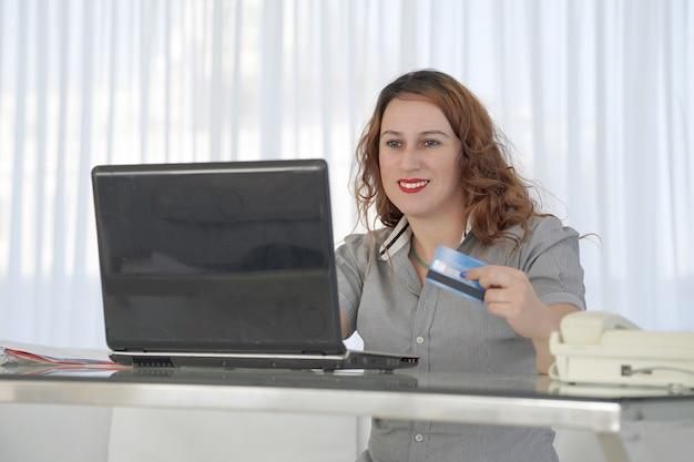 Wonan shopping online. donna che compera online.