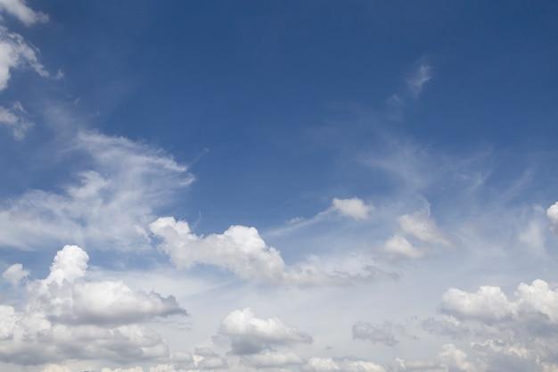 Meraviglioso cielo blu con nuvole.