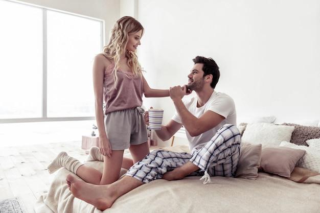 Mattina meravigliosa. bella donna bionda che indossa abiti domestici e un bell'uomo barbuto che trascorre una mattinata insieme