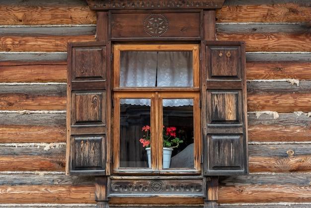 Finestra meravigliosa vecchia casa rurale