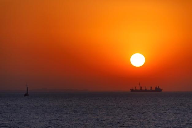 Meraviglioso tramonto arancione sul mare Foto Premium