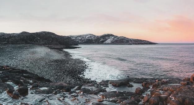 Meraviglioso paesaggio montano panoramico sul mare di barents teriberka