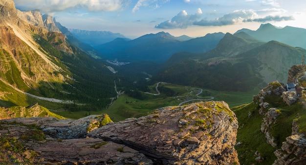 Splendida vista al tramonto delle alpi dolomiti passo rolle trentino italia