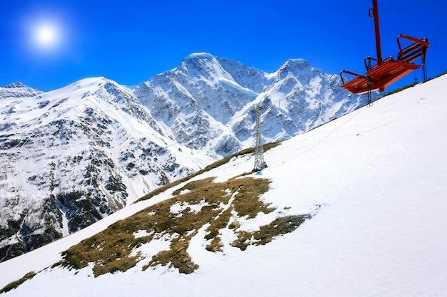 Splendida vista sulla funivia in montagna. elbrus