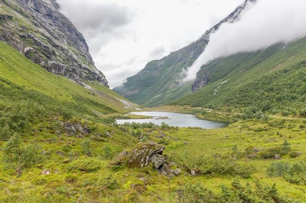 Splendida vista sul lago green valley e sulle montagne della norvegia