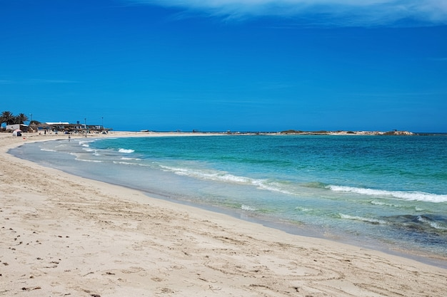 Splendida vista sulla laguna spiaggia di sabbia bianca e mare blu. isola di djerba. tunisia