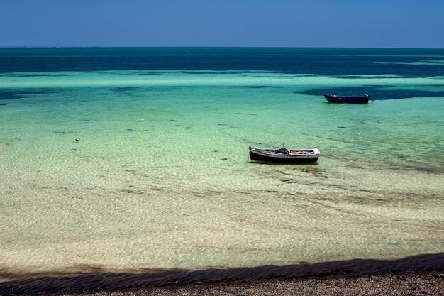 Splendide viste sul mare della costa mediterranea con una barca da pesca
