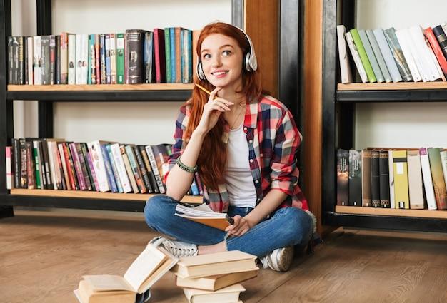 Chiedendo ragazza adolescente che fa i compiti
