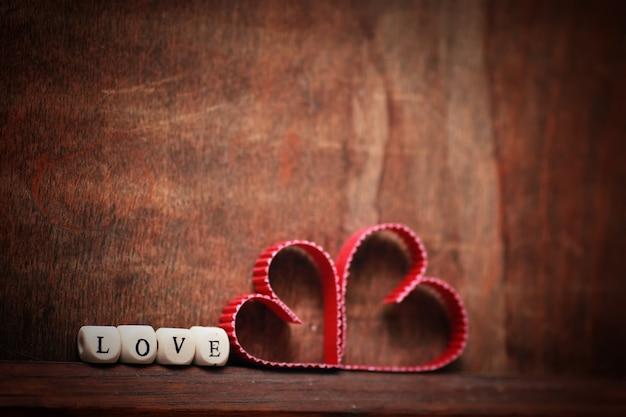 Sfondo di legno a forma di cuore amore