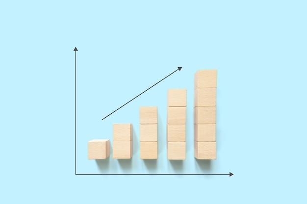 L'impilamento dei blocchi di legno aumenta con la freccia in su e copia lo spazio