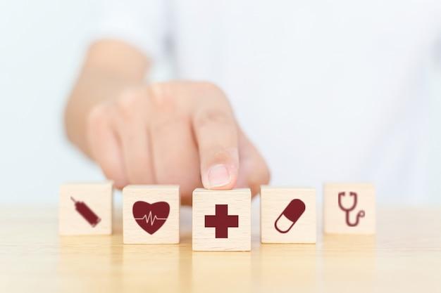 Blocco di legno con icona sanitaria medica e assicurativa
