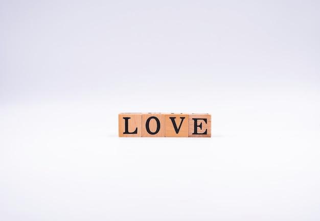 Blocchi di legno con lettere nere. l'ortografia è amore.