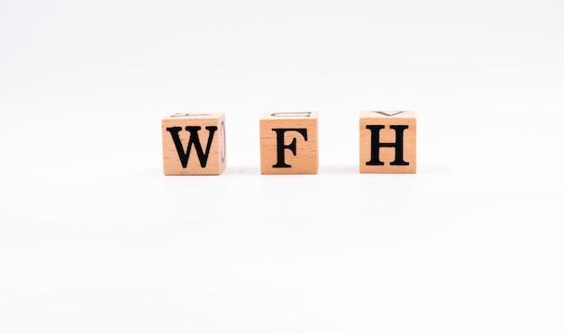 Blocchi di legno con le lettere w, f e h. il significato è work from home.