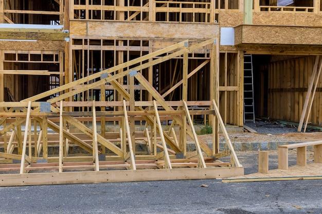 Struttura del telaio in legno su un nuovo inquadramento di sviluppo di una nuova casa in costruzione