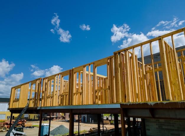 Struttura del telaio in legno su un nuovo sviluppo inquadratura di una nuova casa in costruzione