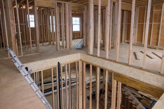 Struttura in legno del telaio dell'edificio su una nuova definizione di sviluppo di una nuova casa in costruzione
