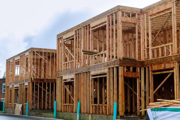 Struttura in legno del telaio dell'edificio su un nuovo inquadramento di sviluppo di una nuova casa in costruzione