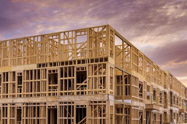Struttura del telaio dell'edificio in legno su un nuovo sviluppo