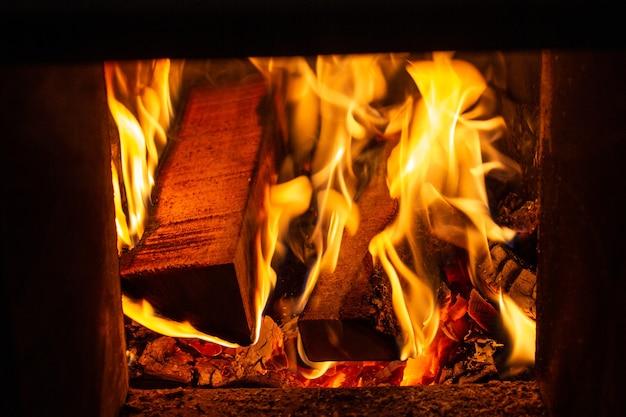 Legna che brucia nella fornace in una casa durante l'inverno.