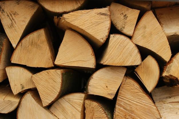Primo piano di legna da ardere tagliata di legno