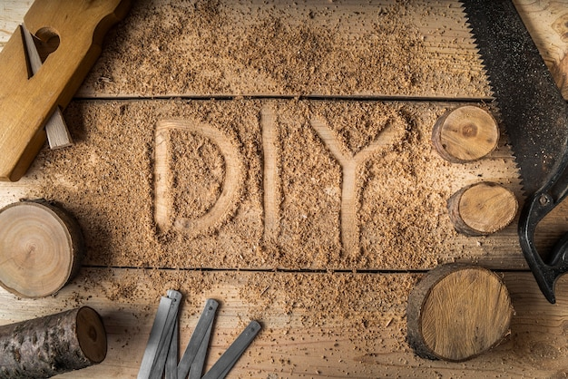 Assortimento di elementi in legno con scritta fai da te