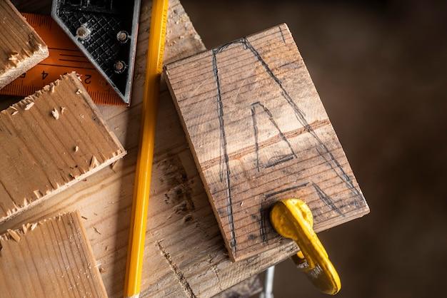 Composizione di elementi di lavorazione del legno