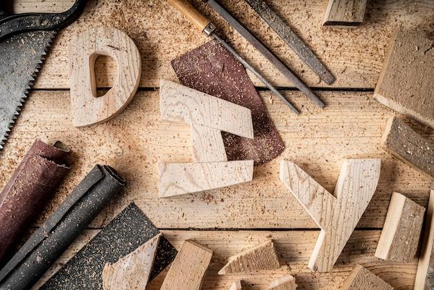 Elementi di lavorazione del legno con disposizione delle parole fai da te
