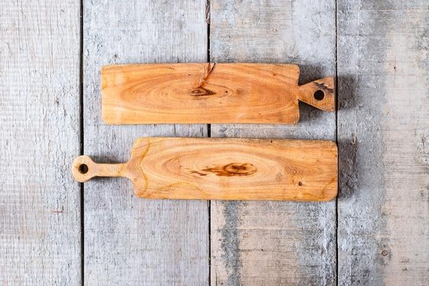 Taglieri di legno con rivestimento in gommalacca su fondo di legno.