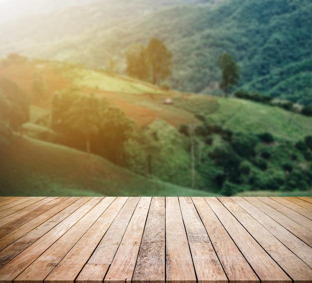 Scrivania in legno o pavimento in legno per esposizione di prodotti con sfondo di montagna
