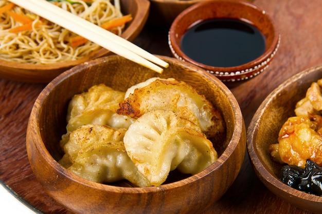 Piatto di legno con cibo cinese