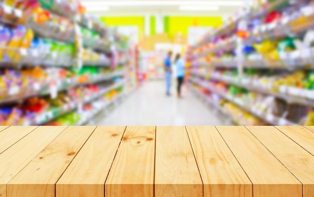 Il pavimento in legno e il supermercato sfocano lo sfondo