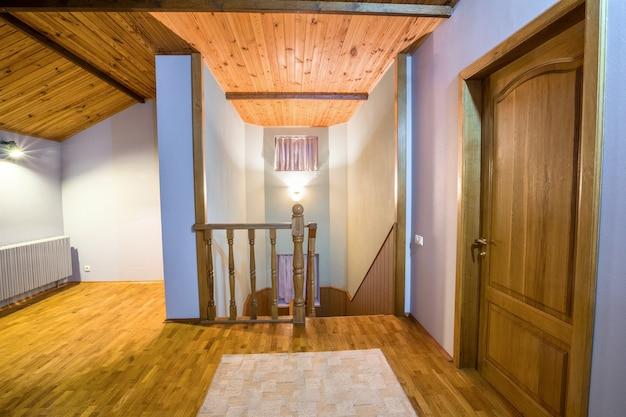Ingresso di casa con pavimento in legno