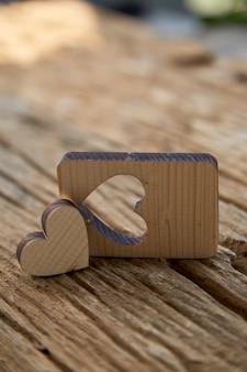 San valentino cuore di legno su legno
